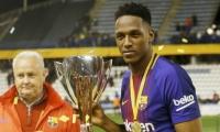 Yerry Mina con el trofeo de la Súpercopa de Cataluña.
