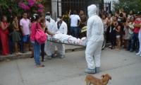 Momentos en que personal de Criminalística realiza el levantamiento del cadáver.