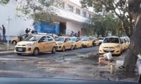 En el punto de Prado Plaza se apostaron, a las 8 de la mañana, una veintena de taxis que esperaban para recoger a un grupo de votantes.