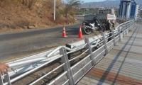 Una parte del sendero quedó averiada por un accidente automovilístico.