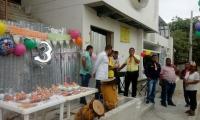 Vestidos de celebración, con torta y decoración, los habitantes del barrio La Paz realizaron una protesta pacífica.