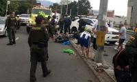 Los presuntos delincuentes quedaron malheridos, tirados en la vía.
