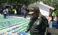 El general Jorge Nieto, Director de la Policía Nacional, llegó a Santa Marta para conocer de primera mano de este enorme cargamento de droga.