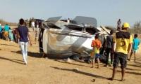 La camioneta quedó volcada a varios metros de la vía.