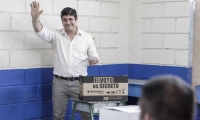 El Presidente electo Carlos Alvarado, luego de ejercer su derecho al voto.