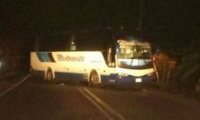 El conductor del bus de la empresa Cootracosta detuvo la marcha y bloqueó la vía nacional causando un trancón.