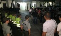 Como primera autoridad, el alcalde Martínez habló con la tropa antes de salir a patrullar.