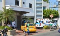 El herido se encuentra internado en una clínica de la ciudad con pronóstico reservado.