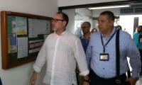 Momentos en que uno de los delegados del juzgado que lleva el Caso Lezo llega a la Alcaldía de Barranquilla.