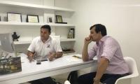 El presidente de Asbama, José Francisco Zúñiga (der.) en conversación con el director de este diario digital, Polo Díaz Granados.