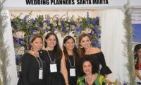 La diseñadora Judy Hazbun posó al lado de las wedding planners.