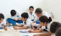 Niños pintan la movilidad en Gaira.