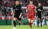 Cristiano Ronaldo disputa la pelota con James Rodríguez.