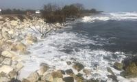 El agua está a menos de 5 metros de la carretera.
