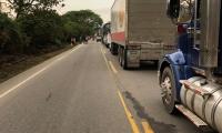 Imagen del trancón que se presentó desde la tarde en la vía Ariguaní-Ciénaga.