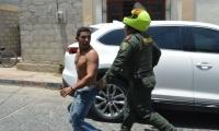 La Policía llegó al lugar y se llevó detenido al atracador.