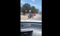 La situación se vuelve recurrente en la vía: motociclistas habilitan pasos ilegales para pasar de una calzada a otra.
