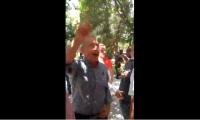 El expresidente Álvaro Uribe mientras respondía a quienes le increpaban a la salida de la UCC Santa Marta.
