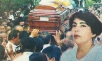 Zully Codina, dirigente sindical y periodista asesinada. Al fondo, el féretro donde reposaban sus restos el día de su entierro.