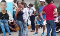 Carlos Andrés Riatiga Sánchez y los familiares en la clínica.