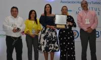 La viceministra Sandra Howard recibiendo el reconocimiento por parte de Cotelco Magdalena.