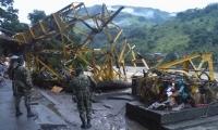 Puente destruido en Puerto Valdivia.