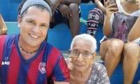 """Carlos junto a una abuelita en la cancha """"La Castellana""""."""