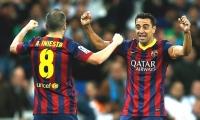 Iniesta y Xavi celebran tras una anotación.