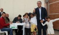Iván Duque al lado de sus hijas después de votar.