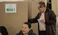 Rodrigo Londoño mientras que ejercía su derecho al voto.