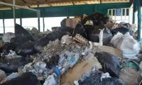 Así luce el centro de acopio de basuras que ya está rebosado.