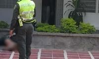 Policía hicieron presencia en el edificio donde se presentaron los hechos.