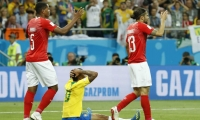 Gabriel Jesús se lamenta en el piso tras una jugada.