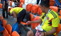 Colombianos recogiendo basura en el estadio de Saransk.