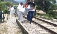 Momentos en el personal criminalística hacía el levantamiento del cadáver.