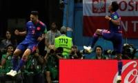El delantero colombiano Radamel Falcao (i) celebra tras marcar el 0-2 durante el partido Polonia-Colombia.