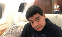 Diego Maradona en el vuelo rumbo a Moscú.