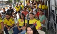 Samarios observando el encuentro entre Colombia y Senegal.