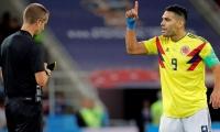 Radamel Falcao reclamando al árbitro Mark Geiger.