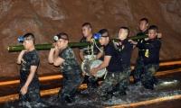 Rescatistas en cueva de Tailandia.