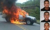 Así quedó la camioneta en que se transportaban los tres agentes.