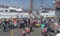 •Familias completas se pasearon la bahía y el terminal, aportando al disfrute y goce de la Fiesta del Mar.