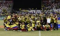 Los jugadores de Colombia festejan tras recibir la medalla de oro.