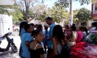 Estudiantes y padres de familia a la espera de una solución.