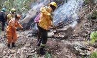 Unidades de las Defensa Civil y Bomberos controlan punto  de propagación de las llamas.