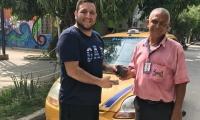 Momentos en el taxista devolvía el dinero a su dueño.