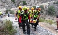 Miembros de los servicios de rescate retiran en camilla a un excursionista afectado por las inundaciones en la Garganta de Raganello en Civita, Italia.
