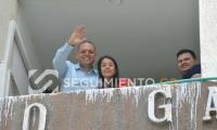 Desde arriba, Edgardo Pérez junto a su esposa saludó a sus seguidores.