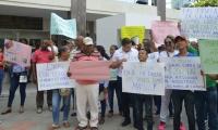 Con pancartas, sus seguidores le manifiestan su apoyo al Alcalde de Ciénaga.