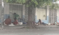 Venezolanos durmiendo en andenes de la ciudad.